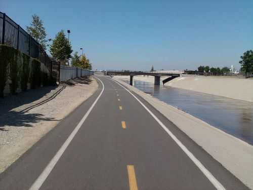 "The bike trail aside the Rio Hondo ""creek"" north of where it converges with the L.A. River. Photo by Cromganom at Wikimedia Commons."